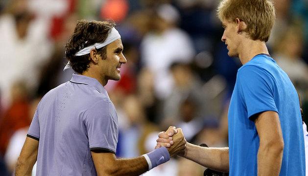 Federer saluda a Kevin Anderson.