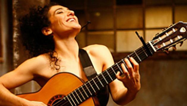 Badi Assad una de las principales mujeres guitarristas de la actualidad