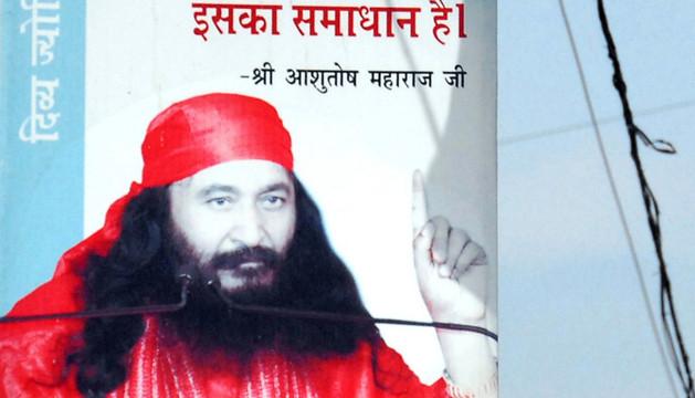 Un cartel con el rostro del gurú indio Ashutosh Maharaj