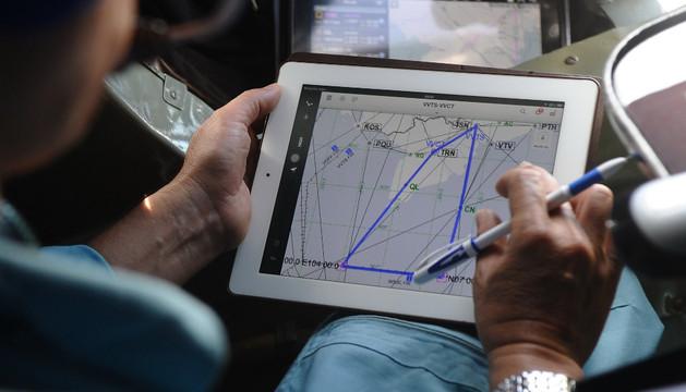 Un hombre estudia un plano en un avión de búsqueda del Boeing desaparecido