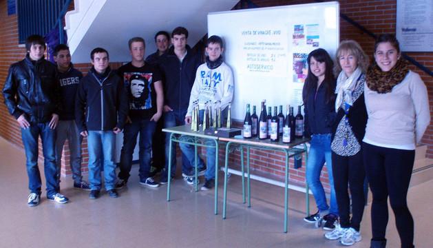 Alumnos con el vinagre elaborado por ellos que han donado