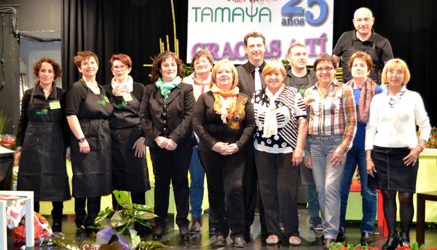 Floristas e integrantes de la junta de amas de casa en el escenario de la casa de cultura donde tuvo lugar la demostración floral