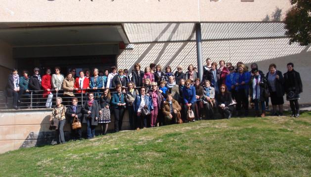 El grupo de mujeres que participó en las actividades, delante de la casa de cultura de Los Arcos.