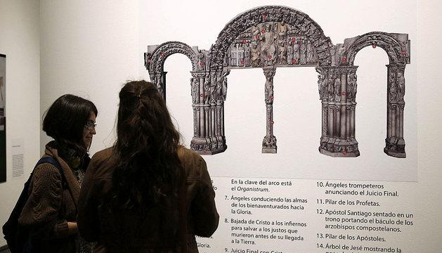 Dos personas observan una de las imágenes que forman parte de la de la exposición