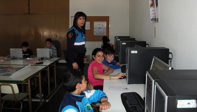 La agente Leticia Sanz con alumnos de 5º de Primaria del centro