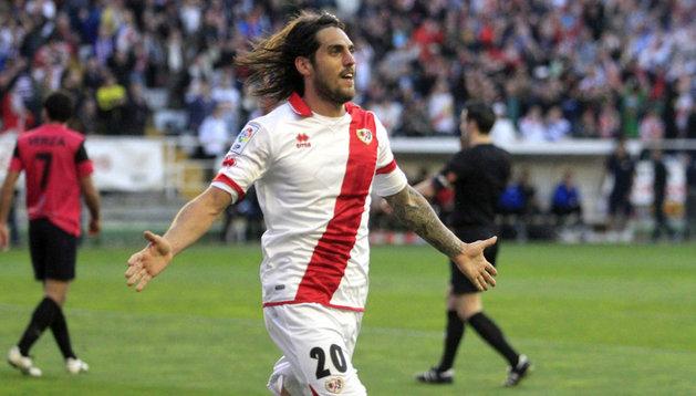 Larrivey celebra el segundo gol del Rayo ante el Almería