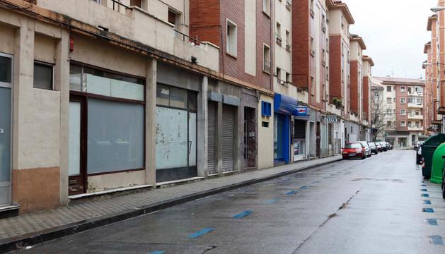 Calle Joaquín Larregla, en el barrio de la Milagrosa, que cuenta con varias bajeras alquiladas como locales de ocio