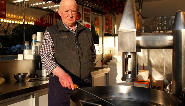Teodoro Malo Bea en la churrería del Bosquecillo, donde elabora y vende churros por las tardes