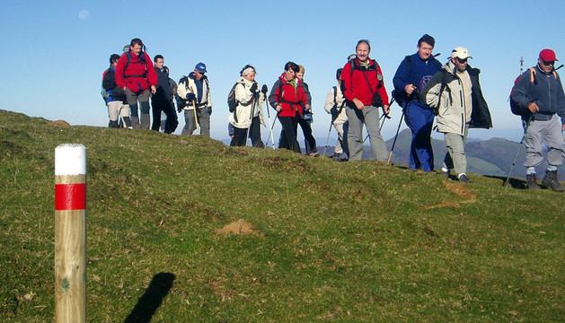 Un grupo de personas, durante una salida por el paraje de Sorogain