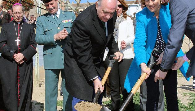 El ministro Fernández Díaz y la presidenta Barcina, junto a otras autoridades, durante el acto simbólico.