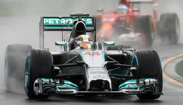 El británico Lewis Hamilton conduce bajo la lluvia este sábado en Melbourne.