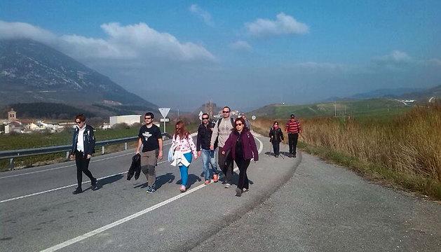 Un grupo de peregrinos se dirige a Javier este sábado durante la segunda Javierada