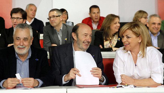 El secretario general del PSOE, Alfredo Pérez Rubalcaba (c), junto a la vicesecretaria general, Elena Valenciano, y José Antonio Griñán, este sábado