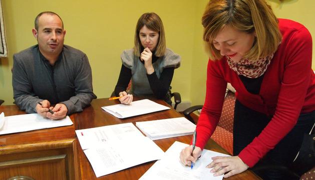 La concejal Cristina Gil aporta su firma para la candidatura
