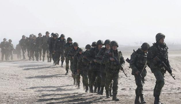 Soldados ucranianos participan en unas maniobras militares en Kiev (Ucrania)