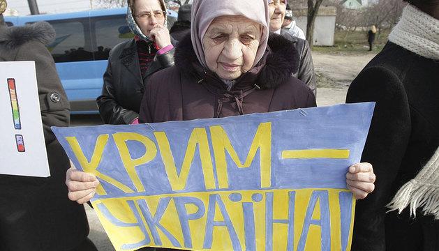 Una mujer protesta contra contra el referéndum de Crimea.