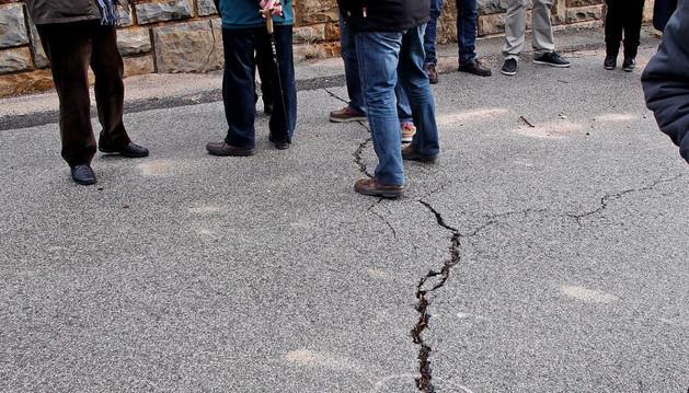 Grieta en el suelo de la urbanización Lasaitasuna por el movimiento de la ladera durante una visita parlamentaria en enero
