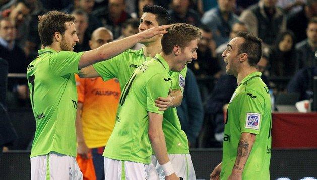 Los jugadores de Inter Movistar, ante el Barcelona