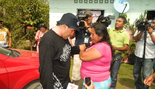 El pescador salvadoreño José Salvador Alvarenga (i), quien dice haber pasado más de un año a la deriva en el mar, habla con la madre de su compañero.
