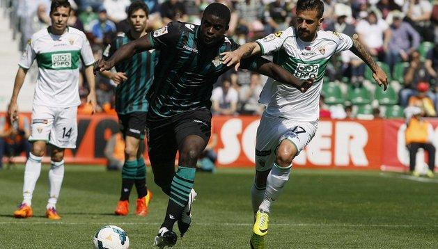 N'Diaye y Javi Márquez, durante el Elche-Betis