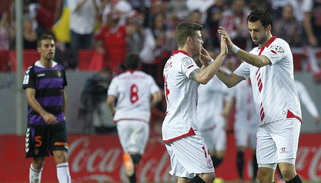 Alberto Moreno celebra el gol de Rakitic ante el Valladolid
