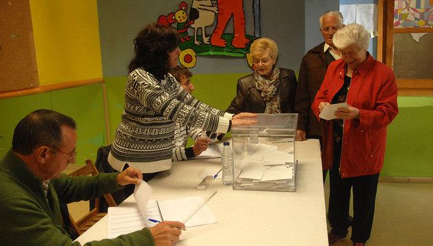 Gregoria María Villanueva se dispone a votar en la urna que sostiene Cristina López de Goicoechea.