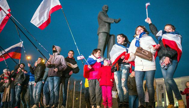 Un grupo de habitantes de Simferopol porta banderas rusas en el día del referéndum por la independencia de Crimea