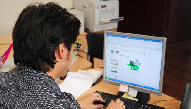 Un administrativo trabaja en las oficinas de una empresa.