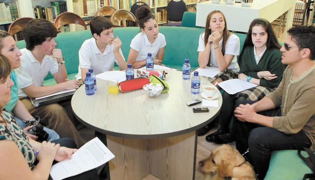 Estudiantes de Teresianas, entrevistando a Serafín Zubiri durante el concurso