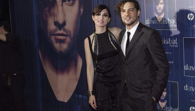David Bisbal junto a la actriz María Valverde, este lunes en Madrid
