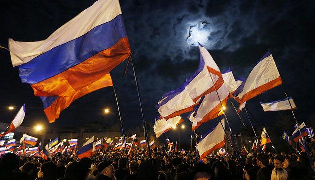 Banderas rusas en la plaza Lenin de Simferopol.