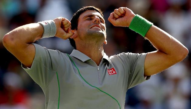 Djokovic celebra su victoria sobre Federer