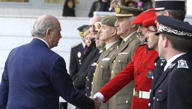 El ministro del Interior, Jorge Fernández Díaz, saluda a un mando de la ertzaintza durante la inauguración de la nueva comisaría del Cuerpo Nacional de Policía en San Sebastián