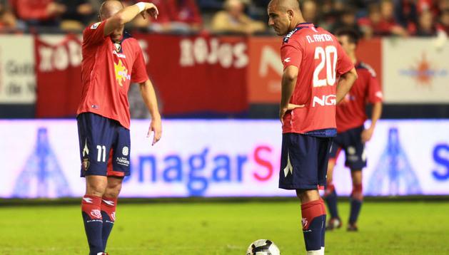 Pandiani y Aranda, en la última derrota ante el Sevilla en El Sadar