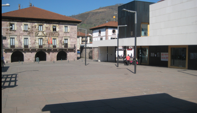 A la derecha, el  edificio que se erigió hace tres años y que permanece cerrado en la plaza de Elizondo