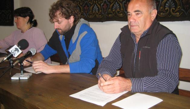La alcaldesa, Garbiñe Elizegi; y los ediles Mikel Ortega y Florentino Goñi