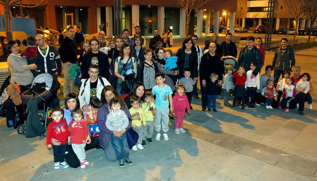 Grupo de padres de Nueva Artica que reclaman una plaza para sus hijos en el colego público de Buztintxuri