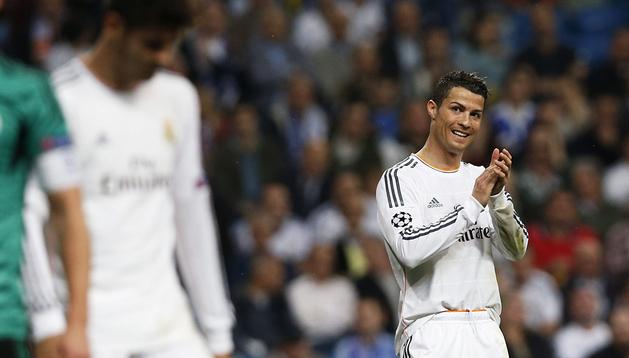 Cristiano Ronaldo aplaude a su compañero Álvaro Morata tras una ocasión madridista
