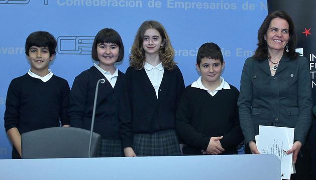 De izquierda a derecha: Rubén Ortega, Amaya Fernández, Aitana Guerrero, Eloy Cupeiro y Garbiñe Telletxea, orientadora de Infantil y Primaria. Son parte del equipo del colegio Santa Luisa de Marillac, primer premio