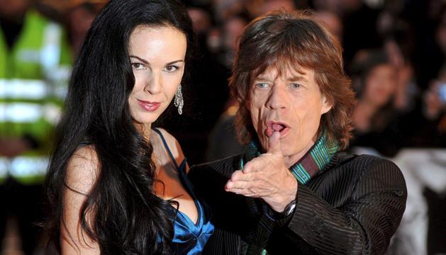 Una foto de archivo de 2007 que muestra a la leyenda del rock británico de los Rolling Stones, Mick Jagger, con la diseñadora de moda y modelo estadounidense, L'Wren Scott.