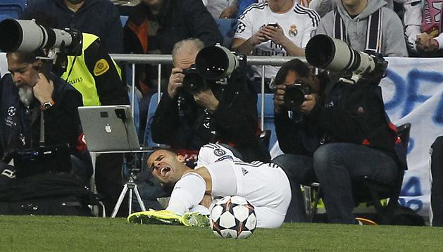 Jesé Rodríguez se duele tras la lesión sufrida contra el Schalkj 04