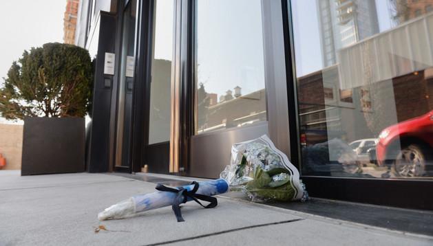Flores en la puerta del edificio donde falleció L'Wren Scott