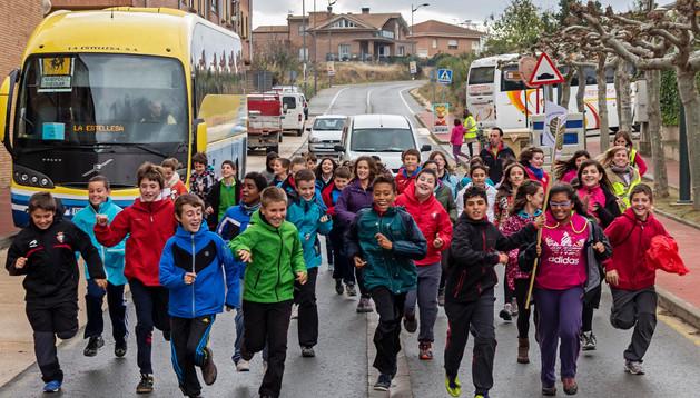 Un grupo de alumnos corre por las calles de Arróniz