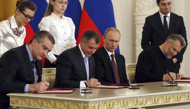 Vladimir Putin (2º dcha.), el nuevo primer ministro de Crimea (izda.), el jefe del Parlamento crimeo (2º izda.) y el jefe de la administración de Sebastopol (dcha.), durante la firma
