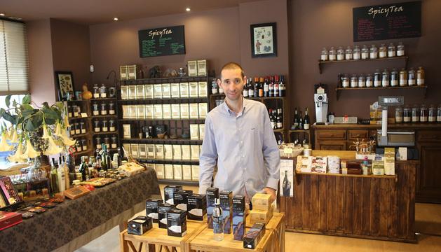Luis Miguel Cortes Martínez, en el centro de la tienda que tienen en Iturrama