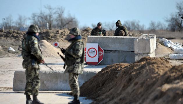 Soldados ucranianos vigilan en un retén cerca a la frontera con Crimea, en el área de Kherson (Ucrania).