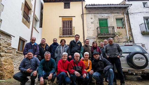 La Asociación Cultural Arquijas delante de la vivienda que están acondicionando