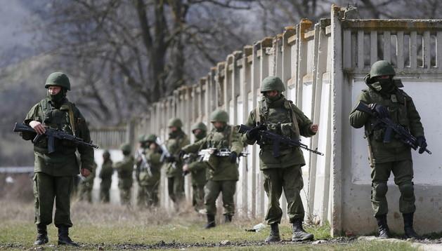 Militares uniformados custodian las inmediaciones de la base de Perevalnoye, a las afueras de Simferópol, en la península ucraniana de Crimea.