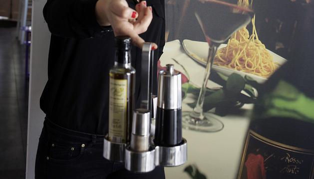 Maider Gómez Yanguas, gerente del restaurante La Mafia, en Pamplona, muestra una de las aceiteras permitidas con las botellas de un sólo uso y precintadas