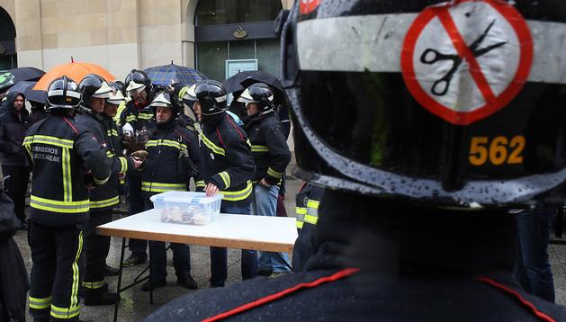 Bomberos, uno de los colectivos que se ha movilizado contra los recortes salariales  y de personal